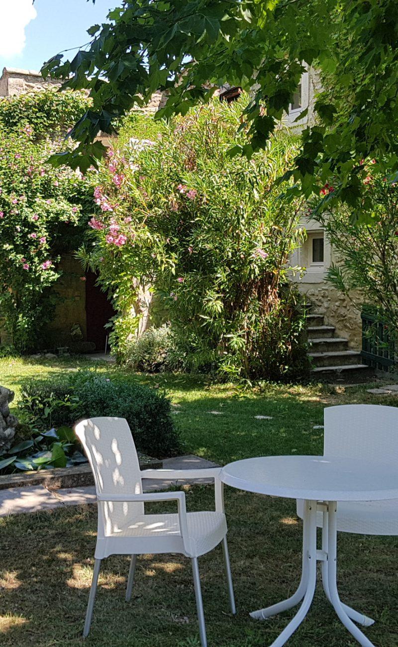 9 Les Lavandes Petite table et jardin
